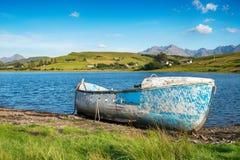 Blauwe Boot op de Kusten van Loch Harport Stock Foto's