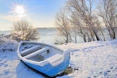 Blauwe boot op Donau rivier Stock Foto's