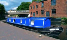Blauwe boot op het oude kanaal van Birmingham Stock Foto