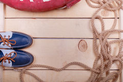 Blauwe bootschoenen op houten achtergrond dichtbij reddingsboei en kabel Hoogste mening De ruimte van het exemplaar Stock Afbeelding