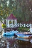 Blauwe boten bij houten piere bij meerwater Royalty-vrije Stock Foto