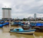 Blauwe boten in de baai van Nha Trang Royalty-vrije Stock Afbeelding