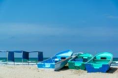 Blauwe Boten op Canoa-Strand Stock Afbeeldingen