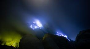 Blauwe brand een stroom van vloeibare zwavel Stock Afbeelding