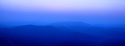 Blauwe brede randbergen stock foto's