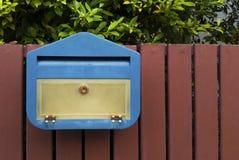 Blauwe brievenbus met Stock Fotografie