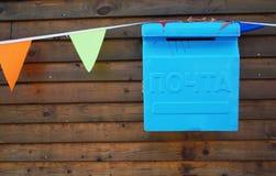 Blauwe brievenbus op een bruine houten achtergrond royalty-vrije stock foto