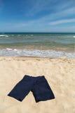 Blauwe broek op het strand Stock Afbeelding