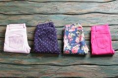 Blauwe broeken met bloemdruk Royalty-vrije Stock Foto's