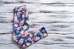 Blauwe broeken met bloemendruk Stock Fotografie