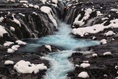 Blauwe Bruarfoss-waterval in de winter in IJsland Stock Fotografie