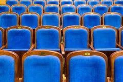 Blauwe bruine houten stoelen in het auditorium Zonder mensen Stock Afbeeldingen
