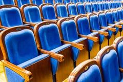 Blauwe bruine houten stoelen in het auditorium Zonder mensen Stock Foto