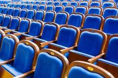 Blauwe bruine houten stoelen in het auditorium Zonder mensen Royalty-vrije Stock Foto