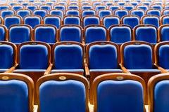 Blauwe bruine houten stoelen in het auditorium Zonder mensen Royalty-vrije Stock Afbeelding