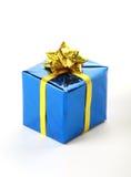 Blauwe buitensporige doos met gele boog op witte achtergrond Stock Foto
