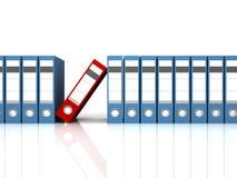 Blauwe bureauomslagen met één rood op wit Stock Afbeeldingen