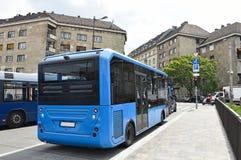 Blauwe bussen op de straten van Boedapest, Hongarije royalty-vrije stock afbeelding
