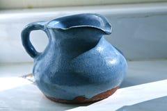 Blauwe ceramische waterkruik Royalty-vrije Stock Foto