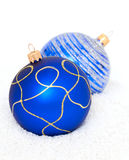 Blauwe Chritsmas-Ballen op sneeuw Stock Fotografie