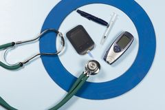 Blauwe cirkel met wat Diabetes equipment do treatment de ziekte royalty-vrije stock foto's