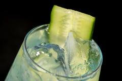 Blauwe cocktail met blauwe curacao, munt, jenever en komkommer royalty-vrije stock foto's