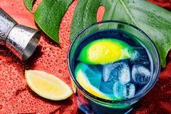Blauwe cocktail met ijs Alcoholdrank stock afbeeldingen