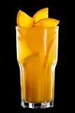 Blauwe cocktail met ijs met sinaasappel op zwarte Royalty-vrije Stock Afbeelding
