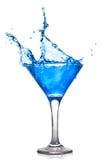 Blauwe cocktail met plons stock afbeeldingen
