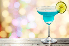 Blauwe cocktail op vaag bokeh licht in warme toon Royalty-vrije Stock Afbeeldingen