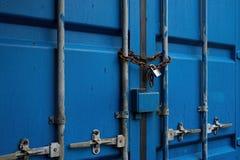 Blauwe Containerdeur met Rusty Chain en Gesloten Hangslot Royalty-vrije Stock Afbeeldingen