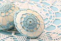 Blauwe crochet Paaseieren stock afbeelding