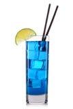Blauwe curacao cocktail met kalk in lang die glas op witte achtergrond wordt geïsoleerd Royalty-vrije Stock Afbeeldingen