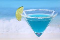 Blauwe Curacao cocktail op het strand met copyspace royalty-vrije stock afbeelding