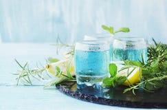 Blauwe curacao likeur of sambuca met citroen royalty-vrije stock afbeelding