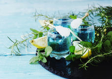 Blauwe curacao likeur of sambuca met citroen stock foto