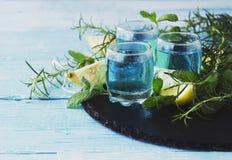 Blauwe curacao likeur of sambuca met citroen royalty-vrije stock afbeeldingen
