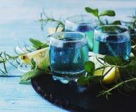 Blauwe curacao likeur of sambuca met citroen royalty-vrije stock foto's