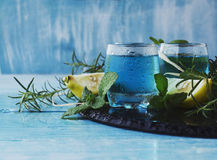 Blauwe curacao likeur of sambuca met citroen royalty-vrije stock fotografie