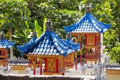 Blauwe daken van huizen goede geesten, Nusa Penida, Indonesië stock foto's