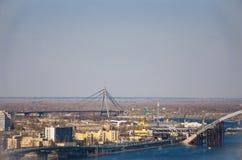 Blauwe de brugbouw van de stads grote rivier Stock Foto