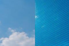 Blauwe de bureaubouw achtergrond Wolkenkrabber en blauwe hemel Stock Foto
