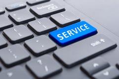 Blauwe de dienstknoop op zwart toetsenbordconcept Stock Afbeelding