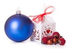 Blauwe de giftdoos van Kerstmisballen Stock Afbeeldingen