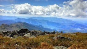Blauwe de hemel van de bergopen plek wandeling royalty-vrije stock foto