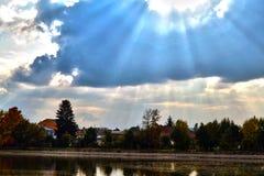Blauwe de herfsthemel met wolken in landschap Stock Foto