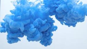 Blauwe de inktdalingen van de kleurenverf in water langzame geanimeerde video met exemplaarruimte Met inkt besmeurde wolk het wer stock videobeelden