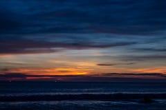 Blauwe In de schaduw gestelde Zonsondergang bij Karon-Strand over de Oceaan stock foto