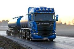 Blauwe de Tankwagenvervoer van Scania R580 bij Zonsondergang Stock Foto