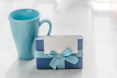 Blauwe de theemok van de giftdoos op grijze houten textuur Stock Afbeelding